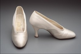 Pair of pumps: white