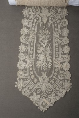 Lace scarf or lappet