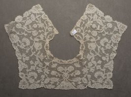 Collar duchesse lace with square back and front