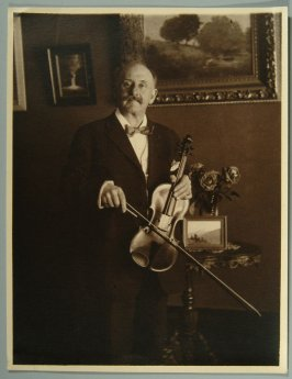 portrait (photo plus many reproductions) of violinist