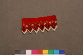 Border red and white floral on saw toothed band