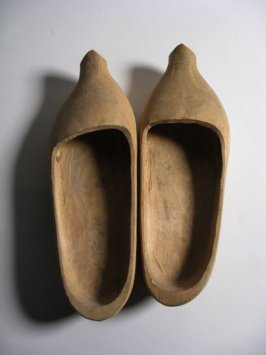 Pair of shoes ( sabots)