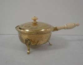Three-legged pan w/long handle & knobbed lid