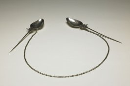 """Two """"topu"""" spoon-shaped pins joined by a link chain"""