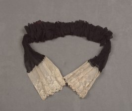 Collar/tie black with blond lace