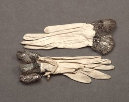 Pair of girl's gloves