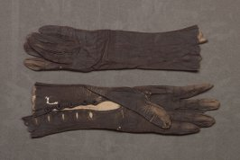 Pair of faded black leather gloves: , button closure on wrist