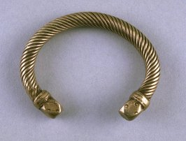 Three-quarter bracelet