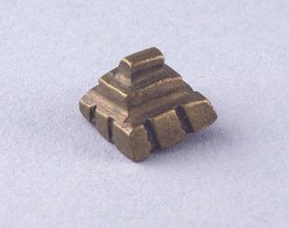 Goldweight in pyramid shape