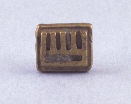 "Goldweight with ""E"" shape and bar"