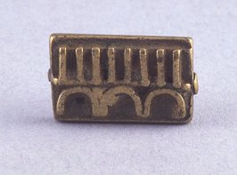Goldweight with comb and arch design