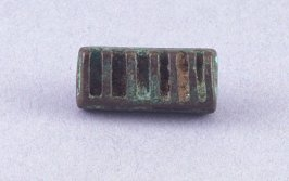 Goldweight with comb shape