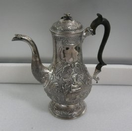 Coffee pot with hinged lid
