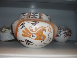 Large pot with parrot and deer decoration