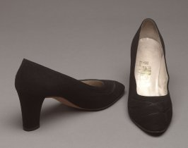 Pair of pumps: high-heeled; black