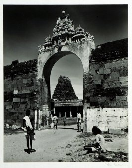 Entrance to the courtyard of the Shiva temples in Conjeeveram, Madras. In the background the Hall of Pillars and the Gopura of the Sri Devaraja Temple.