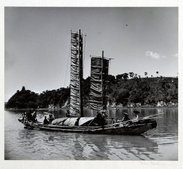 A sampan with passengers and goods on its regualr run to the market towns along Kunming Lake.