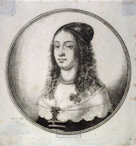 Woman with low decolletage and pearl necklace, her hair in loose ringlets