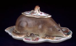 Covered dish and fixed tray in the form of a Mouse