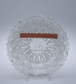 Sauce dish with interlocking oval pattern