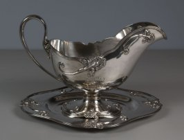 Gravy boat with tray