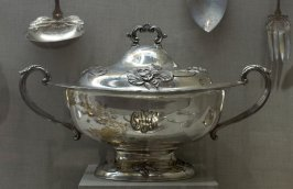 Covered oval soup tureen