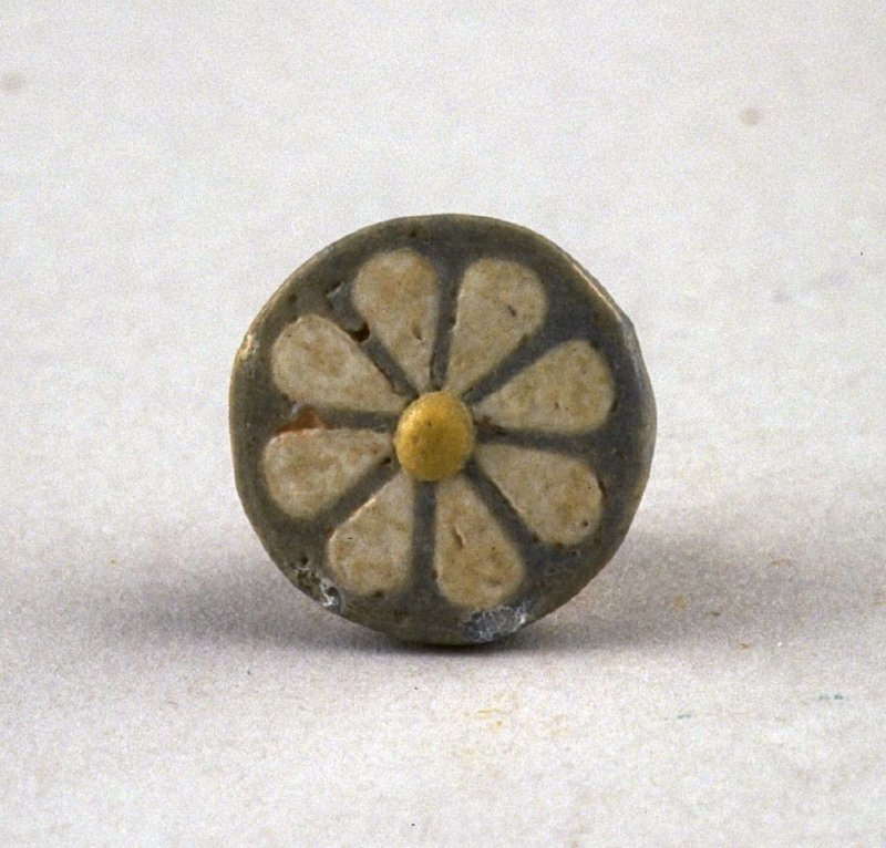 Flowered tile gray, with white rosette and yellow center
