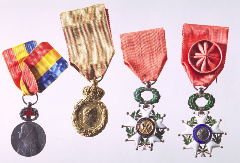 Box with four World War I commemorative medals Honor et Patrie