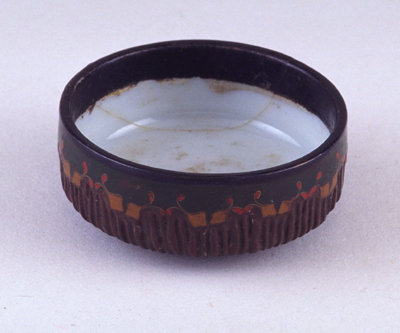 Small bowl or lid with incised flowers and leaf design