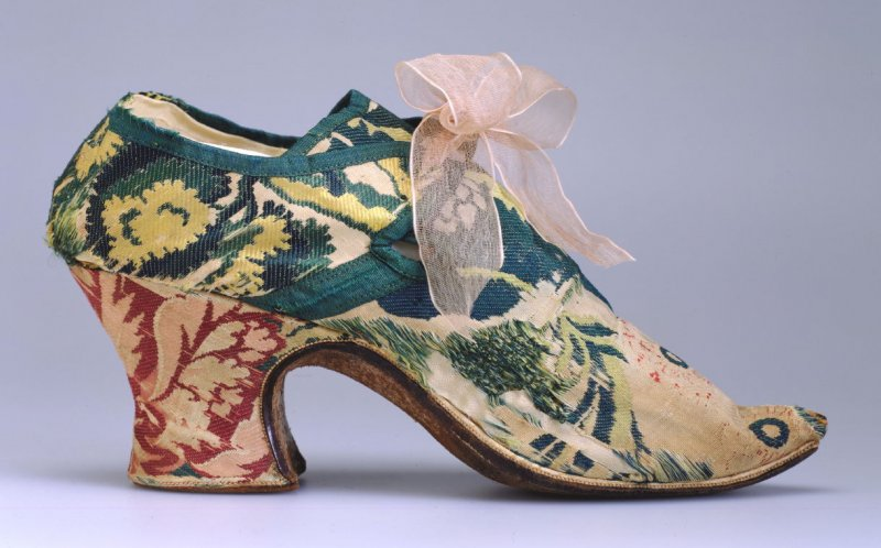 Pair of woman's shoes (with clogs .2a-b, not shown)