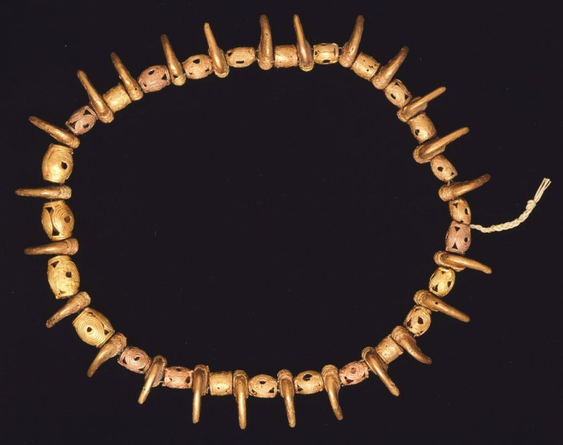 Necklace with alternating beads and claws