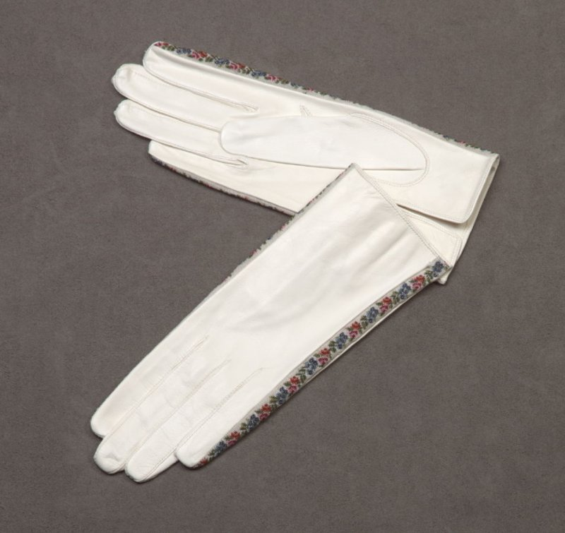 Petit point trimmed gloves