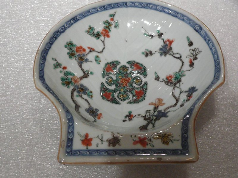 Shell-shaped Saucer