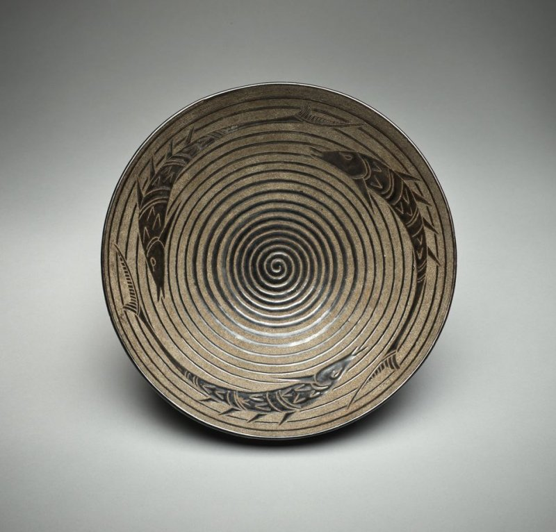 Bowl decorated with fish and a spiral