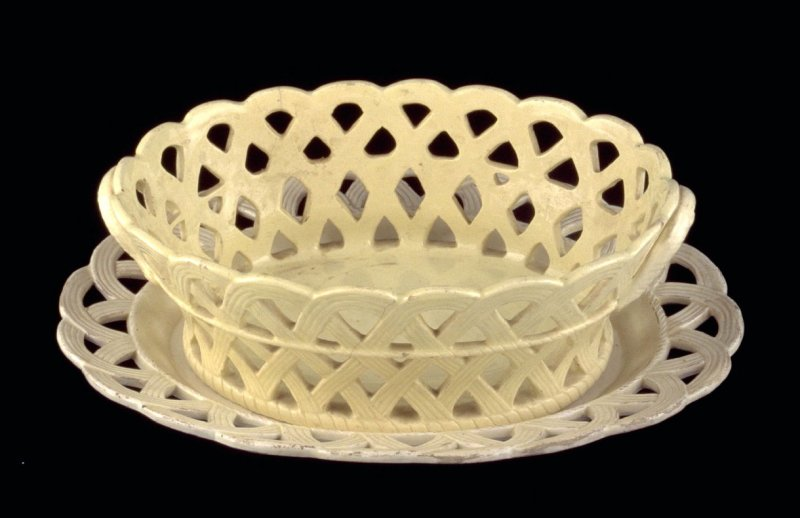 Oval basket with stand