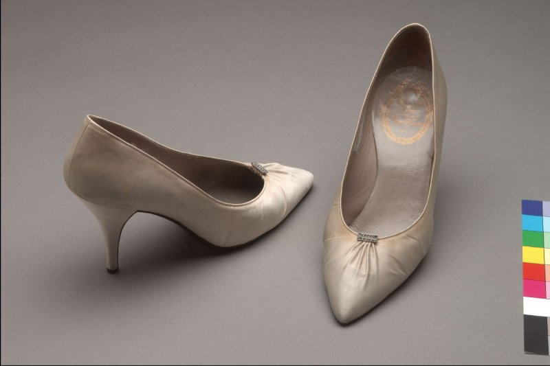 Pair of pumps: ivory, pointed toe, stilletto heel, rhinstone clips
